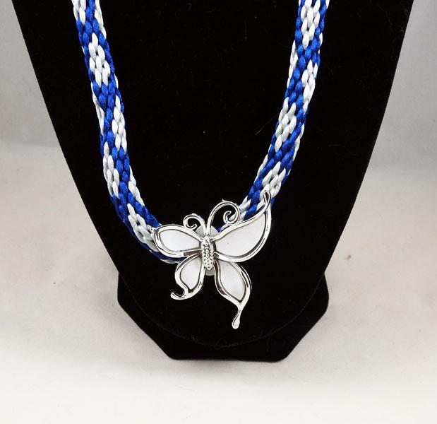 Collier-kumihimo-bleu-et-papillon-blanc-plumesbijoux-02
