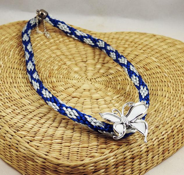 Collier-kumihimo-bleu-et-papillon-blanc-plumesbijoux-03